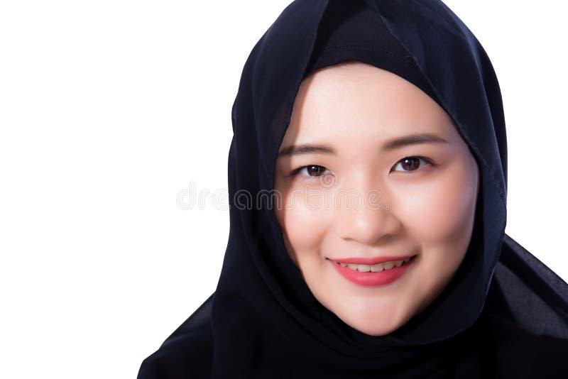 Ritratto di bella donna asiatica musulmana isolata su fondo bianco fotografia stock libera da diritti