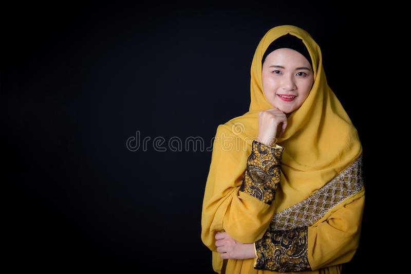 Ritratto di bella donna asiatica musulmana sopra fondo nero fotografia stock libera da diritti