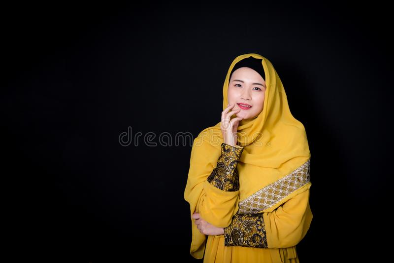Ritratto di bella donna asiatica musulmana sopra fondo nero con la donna musulmana felice immagini stock libere da diritti