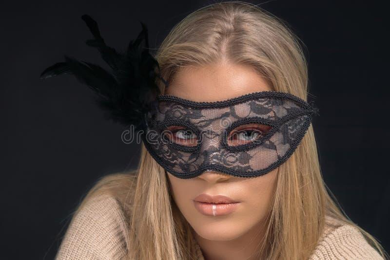 Ritratto di bella donna bionda che indossa maschera nera Modo fotografia stock libera da diritti