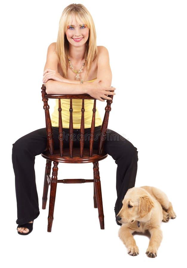 Ritratto di bella donna bionda con il cane immagine stock