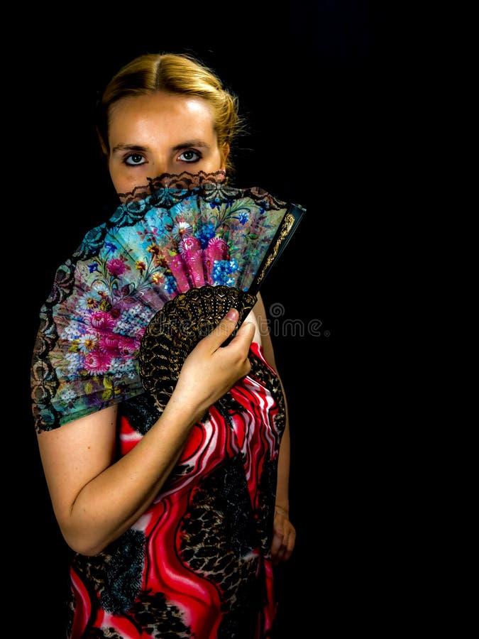 Ritratto di bella donna bionda con il fan immagine stock libera da diritti