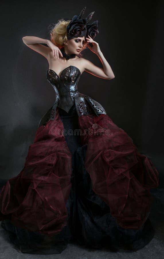 Ritratto di bella donna bionda in corsetto sexy scuro fotografie stock libere da diritti