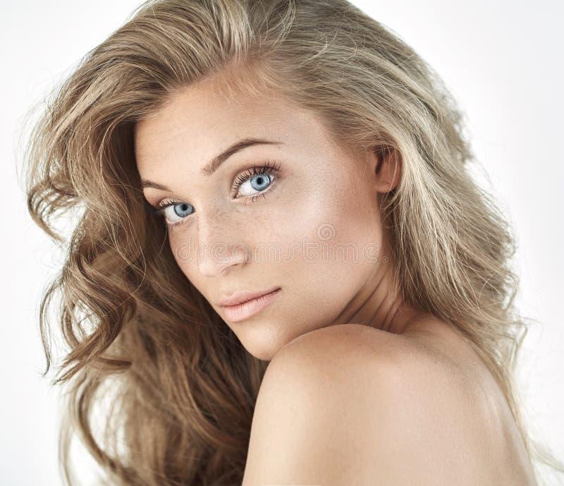 Ritratto di bella donna bionda naturale fotografia stock