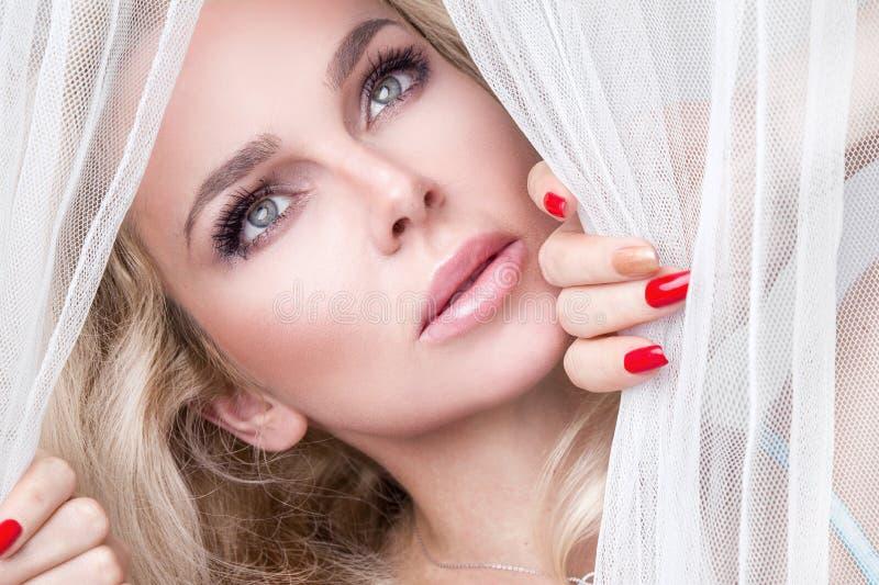 Ritratto di bella donna bionda sensuale con il fronte naturale e liscio perfetto in un trucco delicato immagine stock