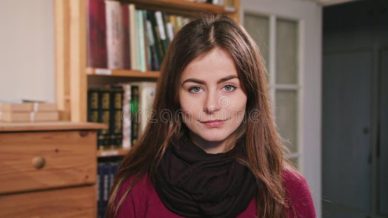 Ritratto di bella donna castana caucasica immagini stock