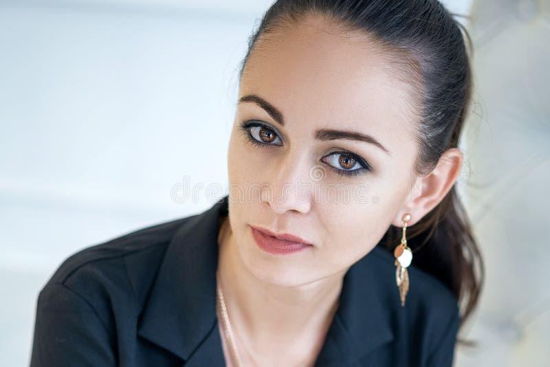 Ritratto di bella donna castana sicura alla moda immagini stock