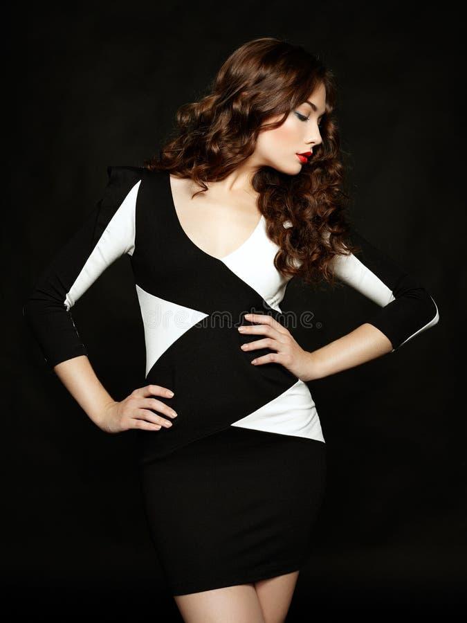 Ritratto di bella donna castana in vestito nero immagini stock libere da diritti