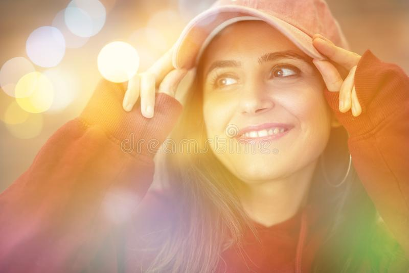 Ritratto di bella donna che gode vicino alla finestra con fondo confuso immagine stock libera da diritti