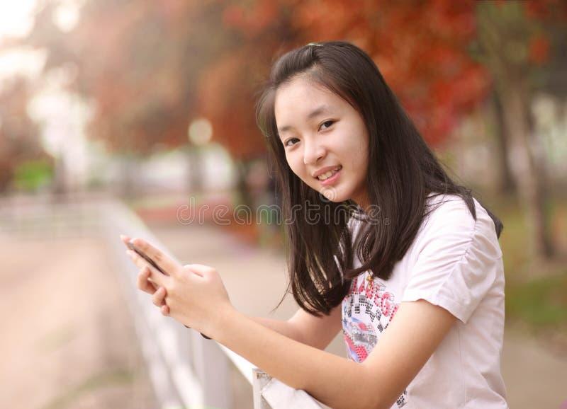 Ritratto di bella donna che scrive sullo Smart Phone in una parità fotografia stock