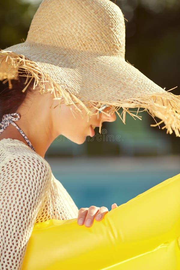 Ritratto di bella donna che si rilassa nello swimm immagine stock libera da diritti