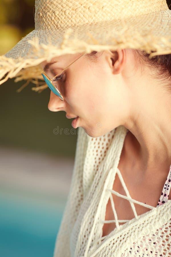 Ritratto di bella donna che si rilassa nello swimm immagini stock