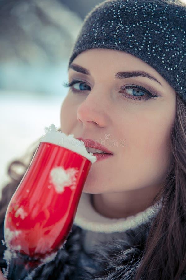 Ritratto di bella donna che tiene un vetro di champagne con neve dentro immagine stock libera da diritti
