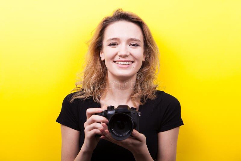 Ritratto di bella donna che tiene una macchina fotografica in sue mani fotografie stock libere da diritti