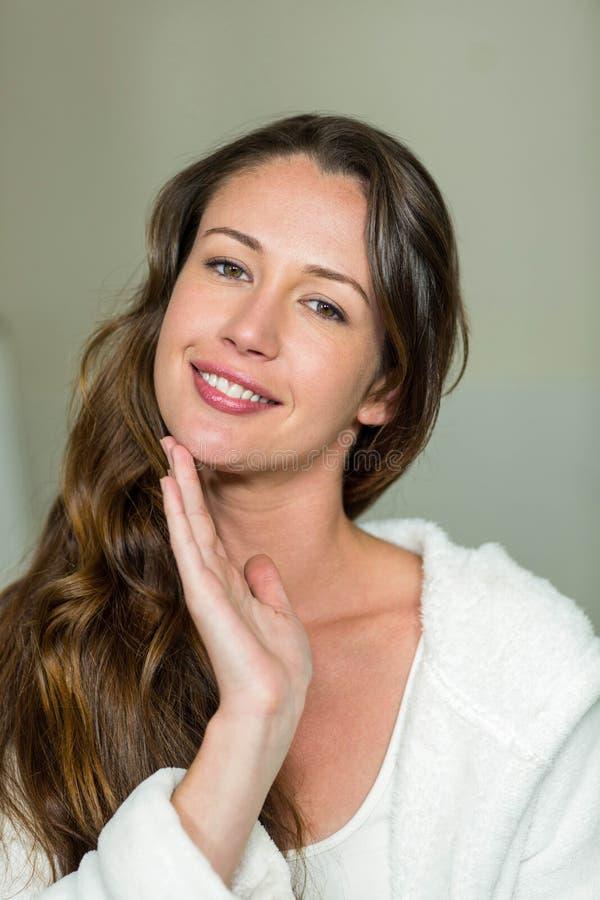 Ritratto di bella donna che tocca il suo mento immagini stock
