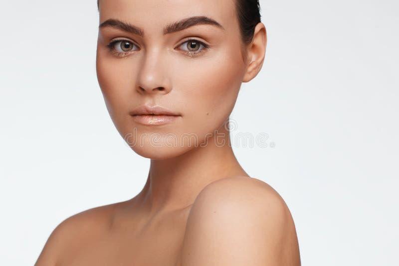 Ritratto di bella donna con capelli raccolti e le spalle nude Foto dello studio fotografie stock