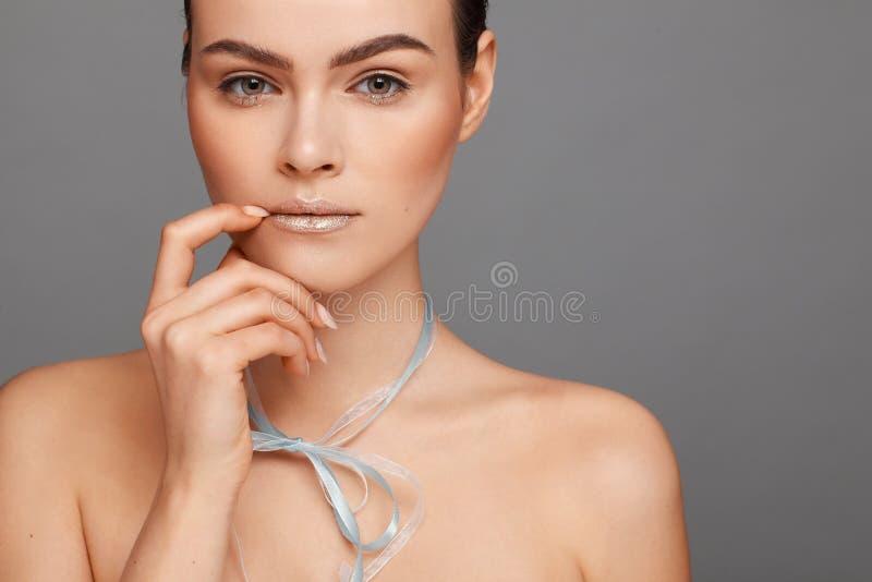 Ritratto di bella donna con capelli raccolti e le spalle nude e con un nastro intorno al suo collo fotografia stock