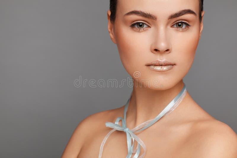 Ritratto di bella donna con capelli raccolti e le spalle nude e con un nastro intorno al suo collo immagini stock libere da diritti
