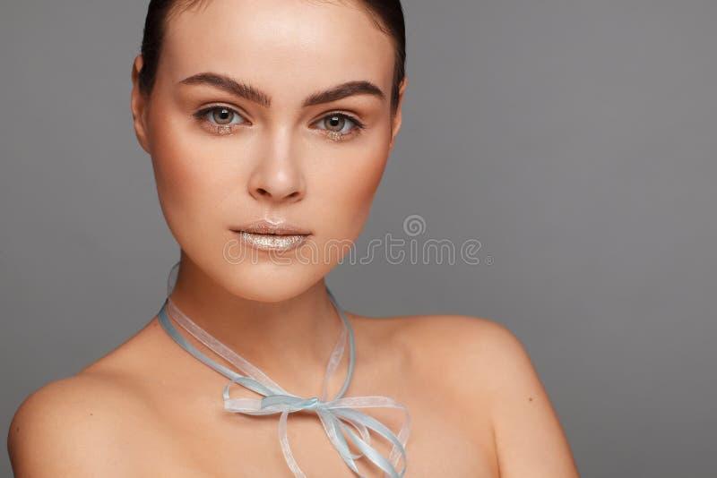 Ritratto di bella donna con capelli raccolti e le spalle nude e con un nastro intorno al suo collo fotografia stock libera da diritti