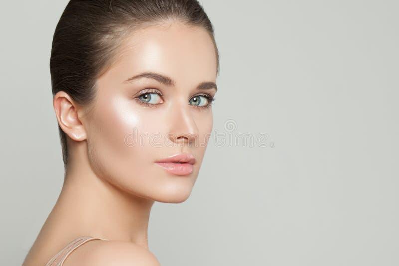 Ritratto di bella donna con chiara pelle Skincare e concetto facciale di trattamento fotografie stock libere da diritti