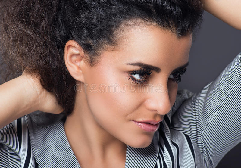 Ritratto di bella donna con i capelli ricci immagine stock