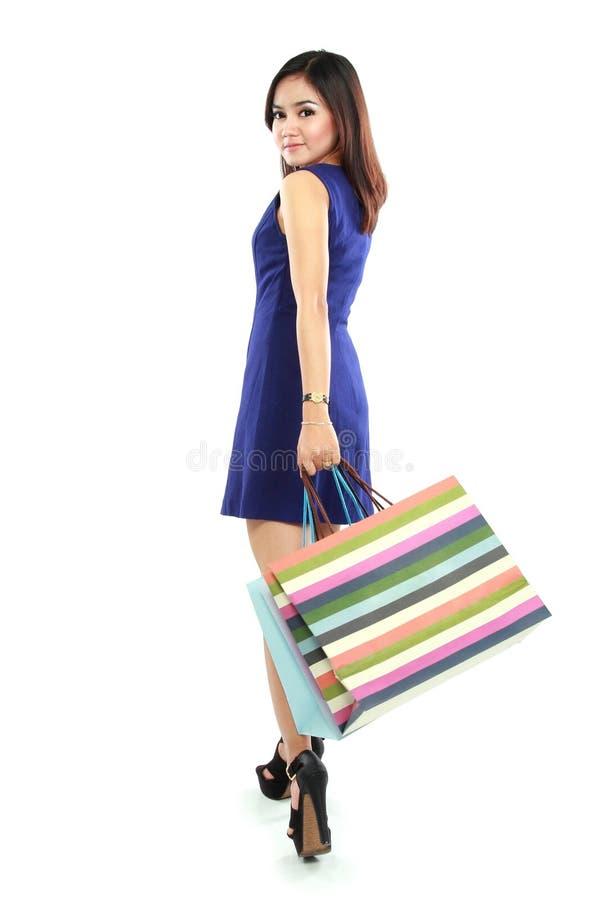 Ritratto di bella donna con i sacchetti della spesa colourful fotografie stock