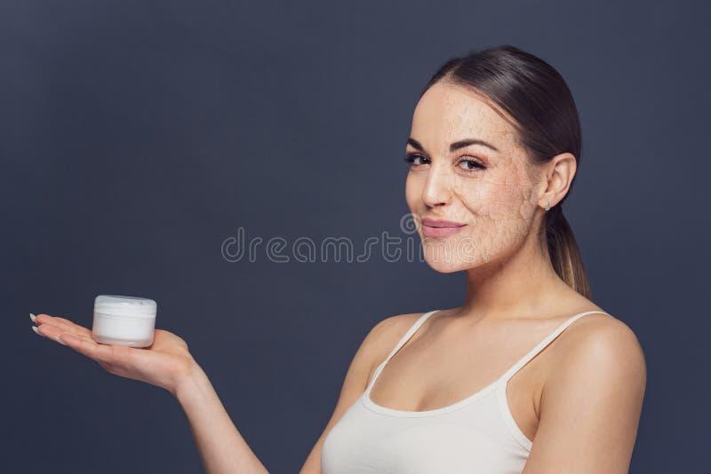 Ritratto di bella donna con il problema e la pelle pulita, a invecchiante immagini stock libere da diritti