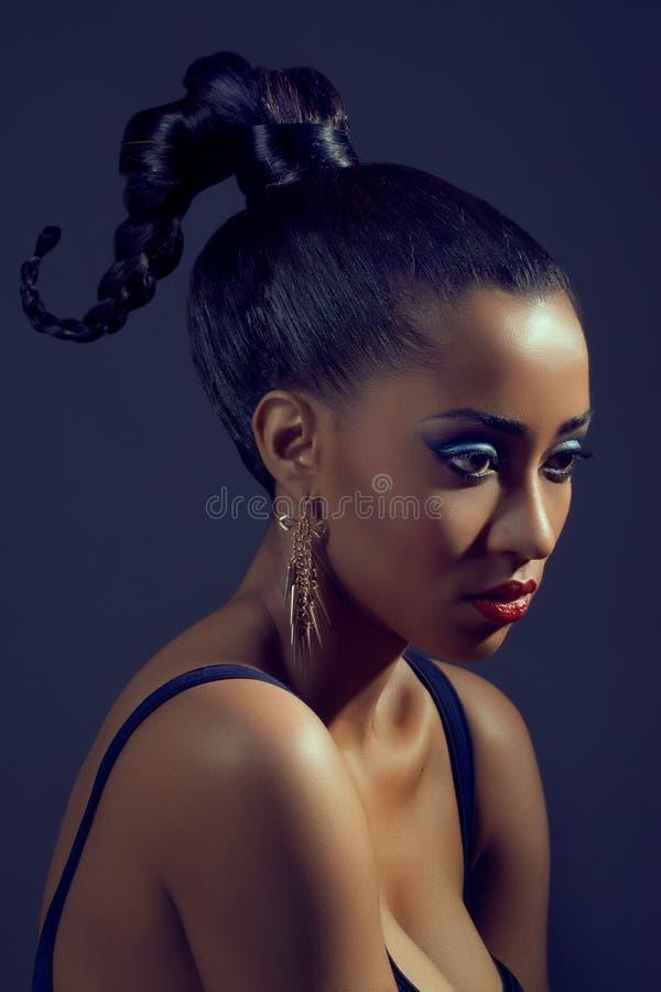 Ritratto di bella donna con l'acconciatura alla moda fotografia stock libera da diritti