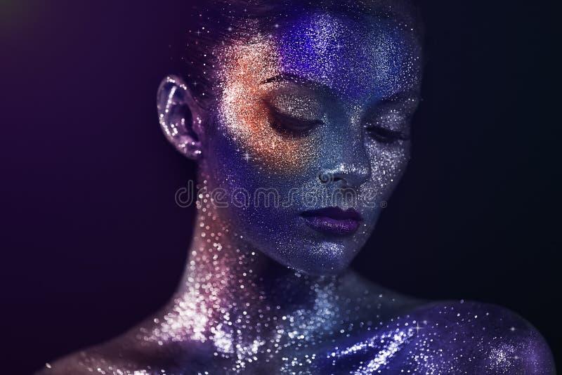 Ritratto di bella donna con le scintille sul suo fronte immagini stock libere da diritti