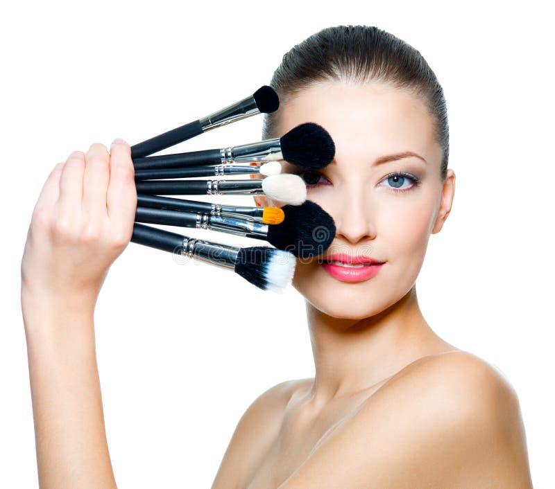 Ritratto di bella donna con le spazzole di trucco immagini stock