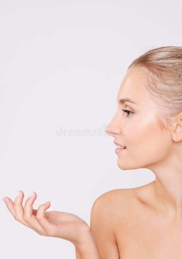 Ritratto di bella donna con pelle perfetta Skincare salone immagini stock