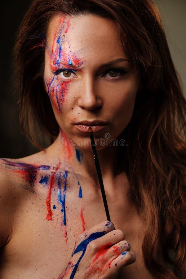 Ritratto di bella donna con trucco colorato creativo su un fondo scuro immagine stock libera da diritti