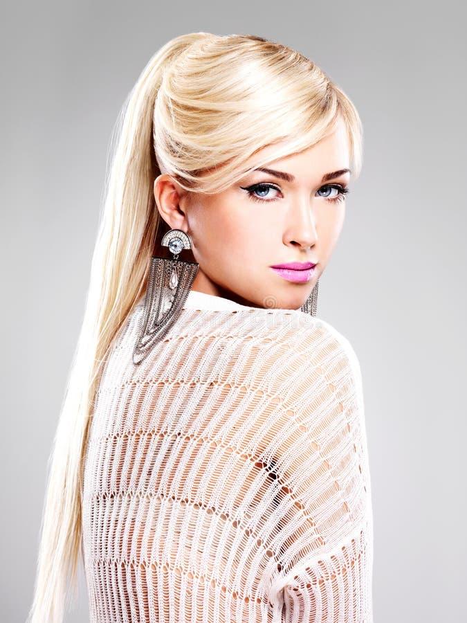 Bella donna con trucco di modo e capelli bianchi lunghi fotografia stock libera da diritti