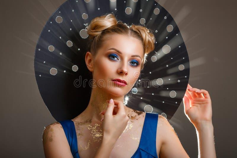 Ritratto di bella donna con un trucco, raggi del cappello di luce originali immagine stock