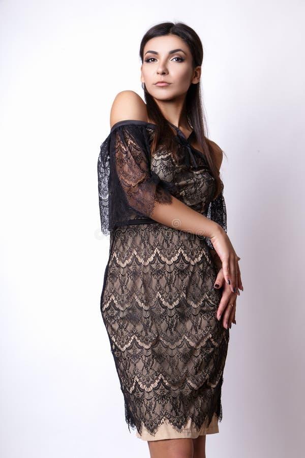 Ritratto di bella donna del brunette in vestito nero Colpo della foto di modo fotografie stock libere da diritti