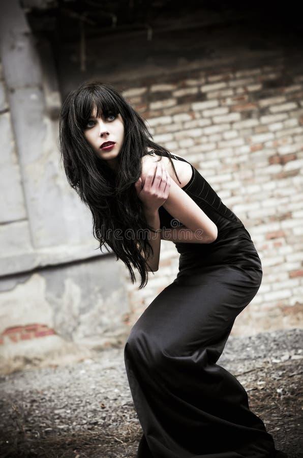 Ritratto di bella donna del goth fra le rovine fotografia stock