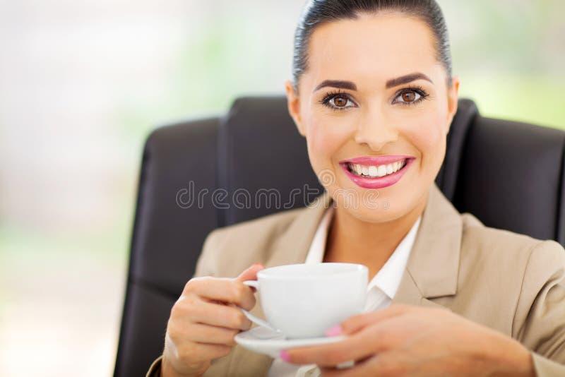 Donna di affari che mangia tè fotografie stock