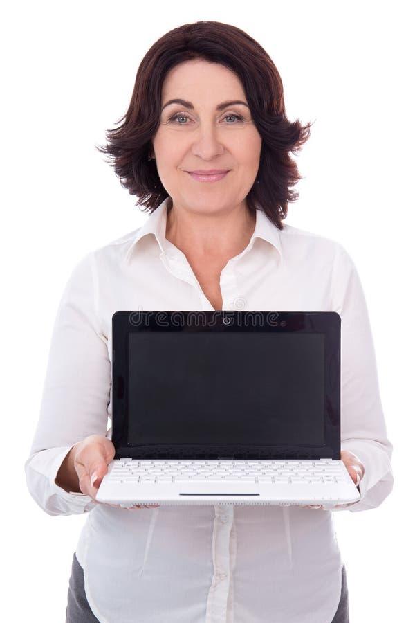 Ritratto di bella donna di affari maturi che mostra computer portatile con fotografia stock