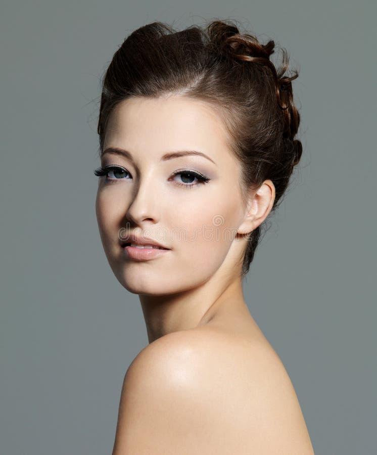 Ritratto di bella donna di giovane sensualità immagine stock libera da diritti
