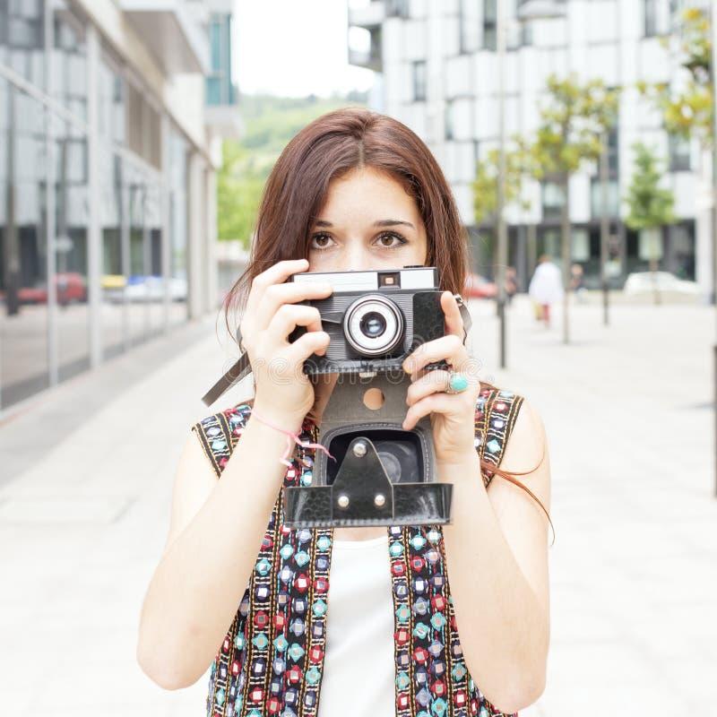 Ritratto di bella donna di hippy che prende le immagini con il retro Ca fotografia stock libera da diritti