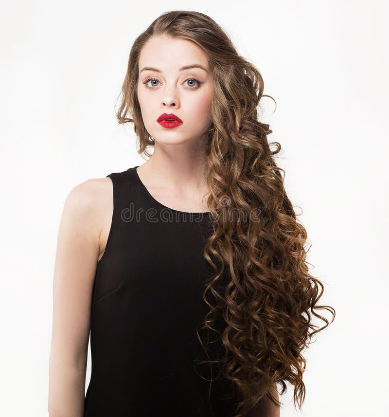 Ritratto di bella donna di sensualità in vestito nero con capelli ricci lunghi fotografia stock libera da diritti
