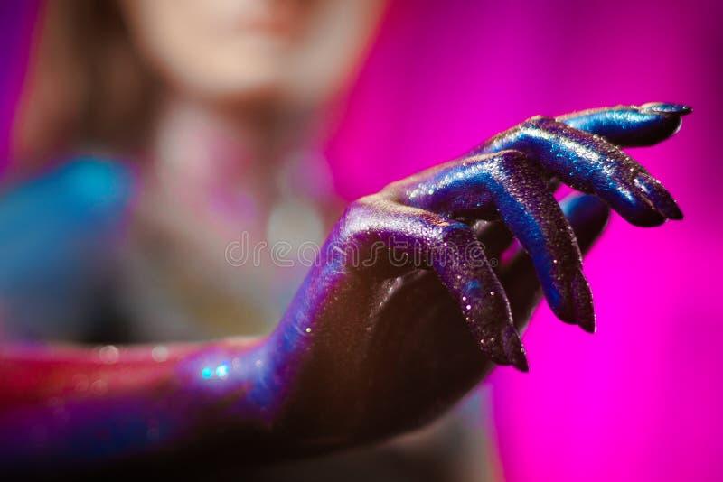 Ritratto di bella donna dipinto con i colori cosmici e spangled fotografia stock