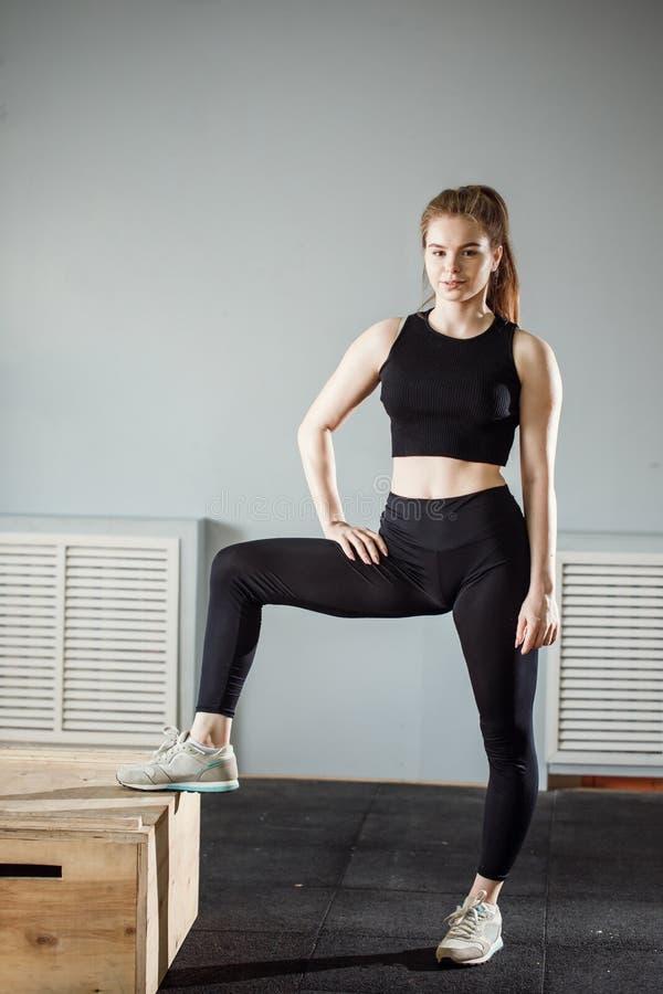Ritratto di bella donna di forma fisica sulla palestra adatta dell'incrocio immagini stock libere da diritti