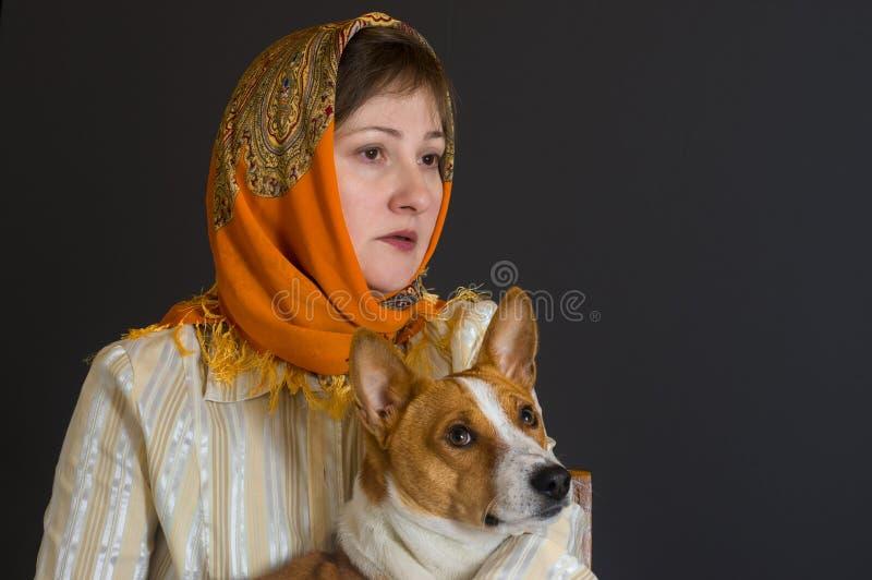Ritratto di bella donna matura caucasica con il cane adorabile di basenji immagini stock libere da diritti