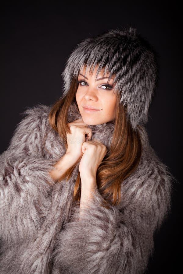 Ritratto di bella donna in pellicce fotografie stock libere da diritti