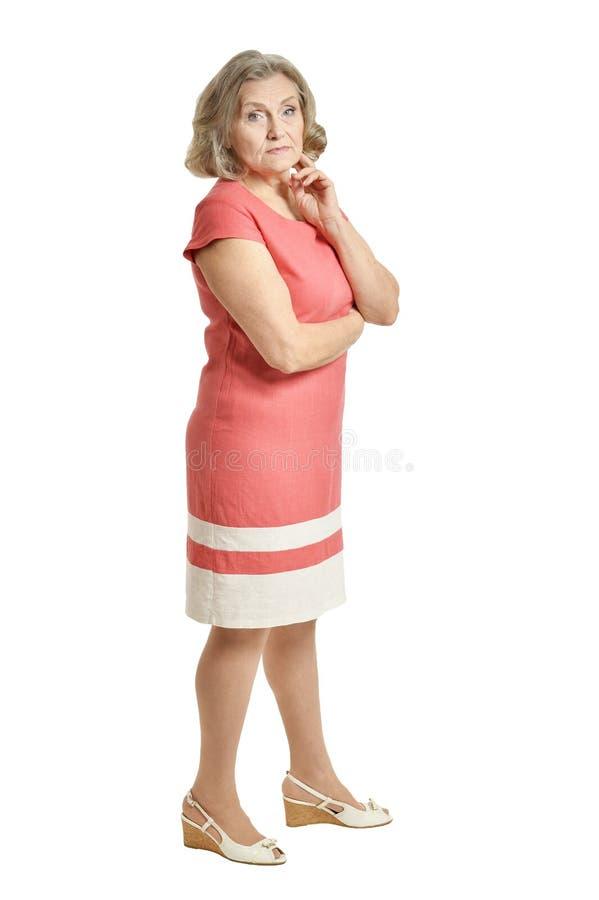 Ritratto di bella donna senior che posa sul fondo bianco immagine stock libera da diritti