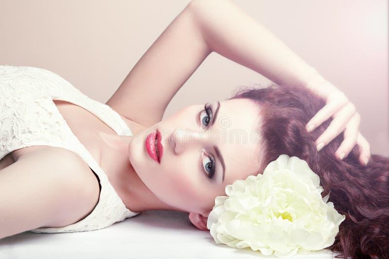 Ritratto di bella donna sensuale con l'acconciatura elegante.  Per fotografia stock libera da diritti