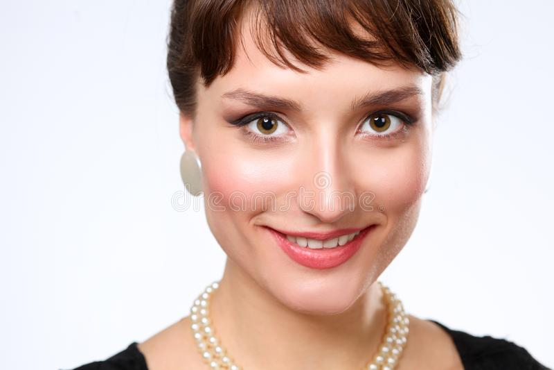 Ritratto di bella donna, su fondo grigio fotografie stock libere da diritti
