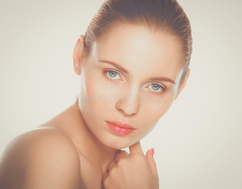 Ritratto di bella donna su priorità bassa grigia immagini stock