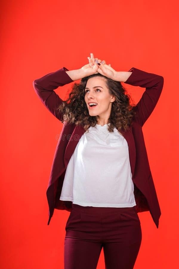 Ritratto di bella donna su priorità bassa rossa fotografie stock libere da diritti